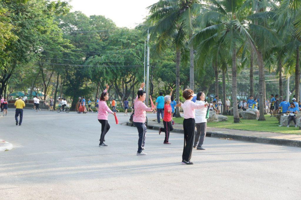 เดิมทีทั้งสวนนั้นมีเครื่องเล่นออกกำลังกายให้บริการสามารถใช้ได้ฟรี สวนลุมพินี สถานที่ออกกำลังกายยอดนิยมสำหรับคนในกรุงเทพฯ ที่วิ่งในกรุง