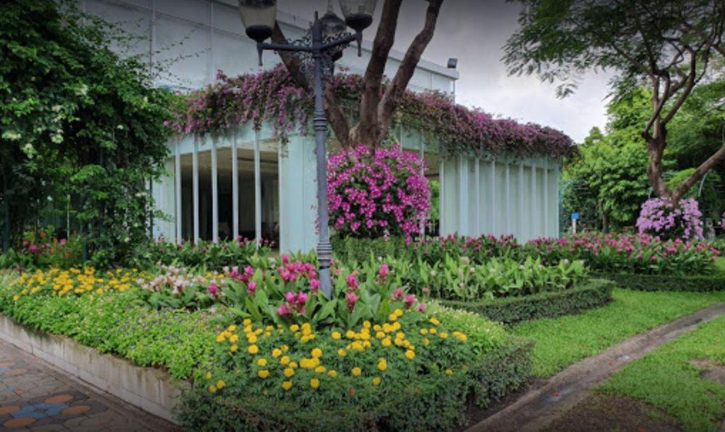 ที่วิ่งในกรุงเทพ สวนสมเด็จพระนางเจ้าสิริกิติ์ สถานที่ออกกำลังกายในกรุง เปิดทำการทุกวันจันทร์ถึงอาทิตย์ ที่เต็มไปด้วยดอกไม้นานาพันธุ์