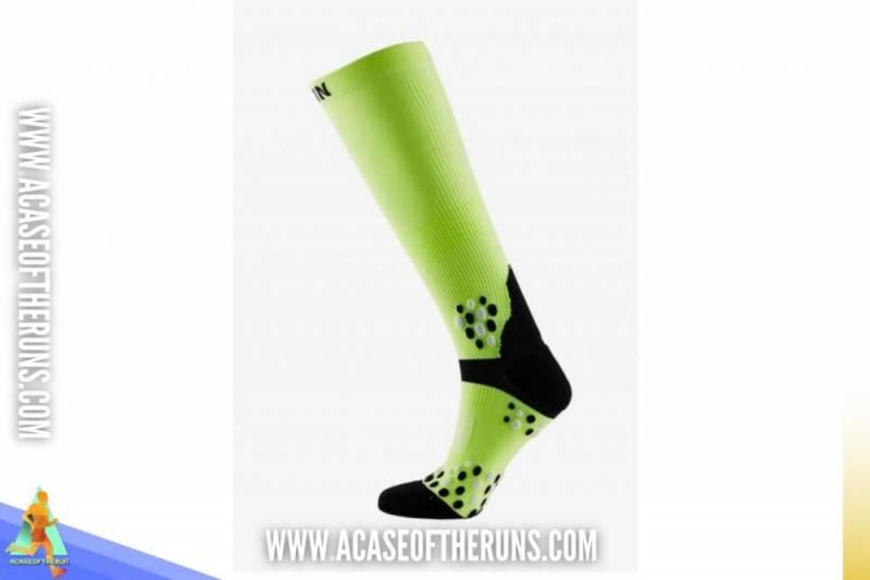10 อันดับ ถุงเท้าวิ่ง ที่น่าใช้ ถุงเท้าแบบรัดน่องยาวประมาณเข่า ช่วยกระชับกล้ามเนื้อกระตุ้นการไหลเวียนของโลหิตได้ดีป้องกันการขีดข่วน